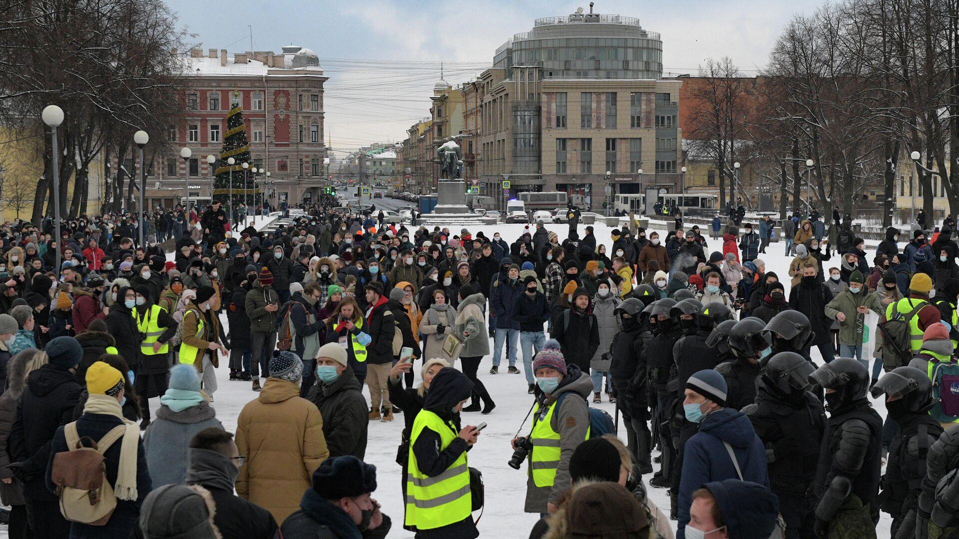Сотрудники правоохранительных органов и участники несанкционированной акции сторонников Алексея Навального в Санкт-Петербурге - РИА Новости, 1920, 04.02.2021