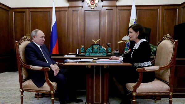 Президент РФ Владимир Путин и генеральный директор Агентства стратегических инициатив по продвижению новых проектов Светлана Чупшева во время встречи