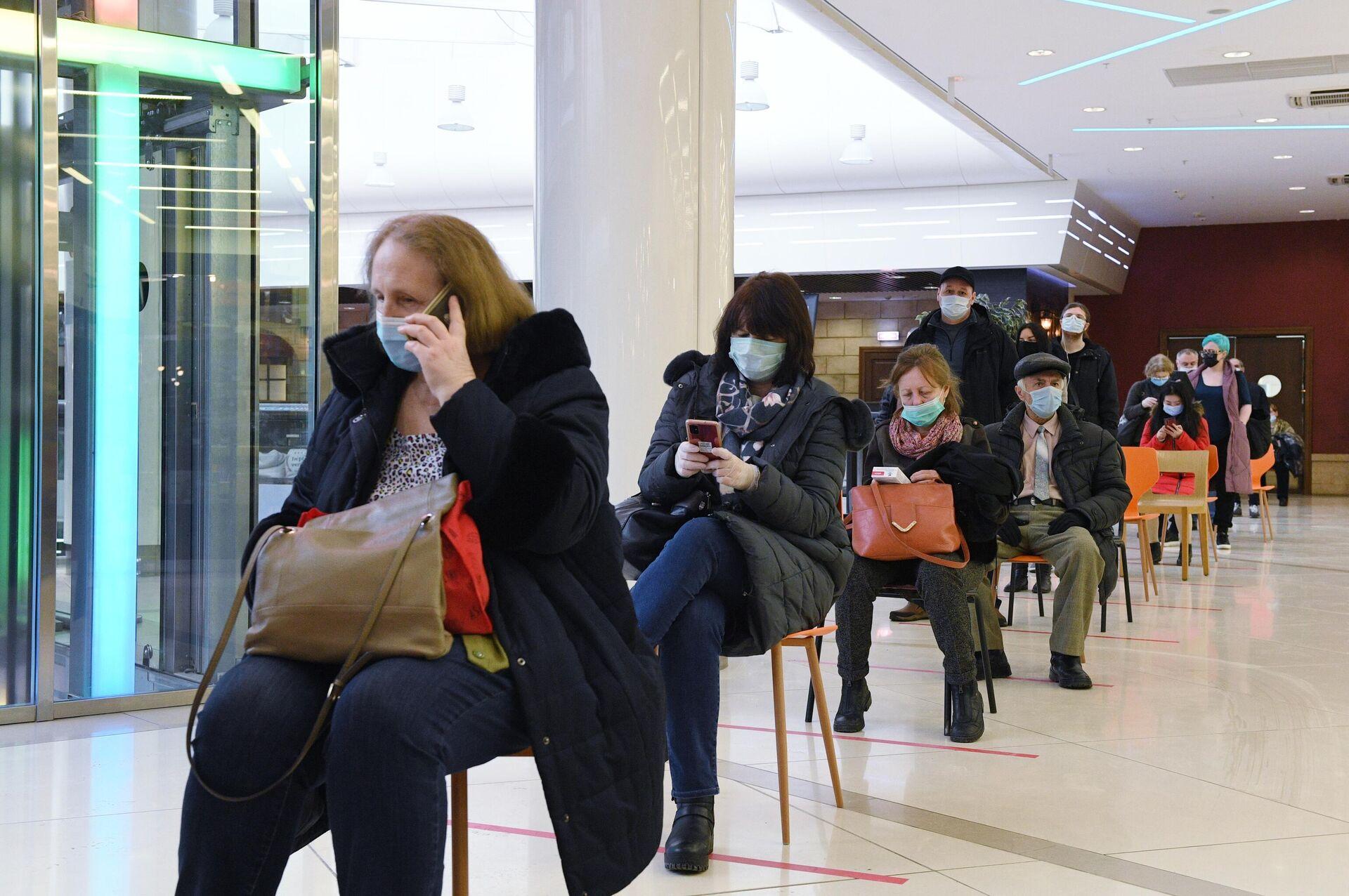Очередь в прививочный пункт в торговом центре Калейдоскоп в Москве - РИА Новости, 1920, 03.02.2021