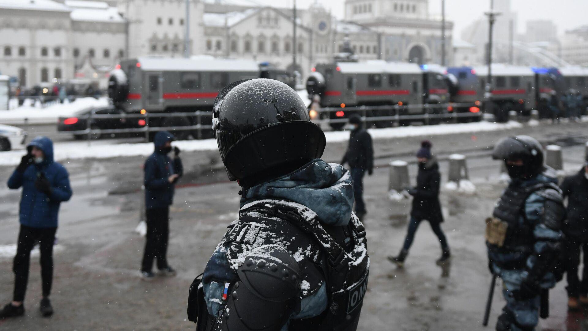 Сотрудники правоохранительных органов на Комсомольской площади в Москве во время несанкционированной акции - РИА Новости, 1920, 10.02.2021