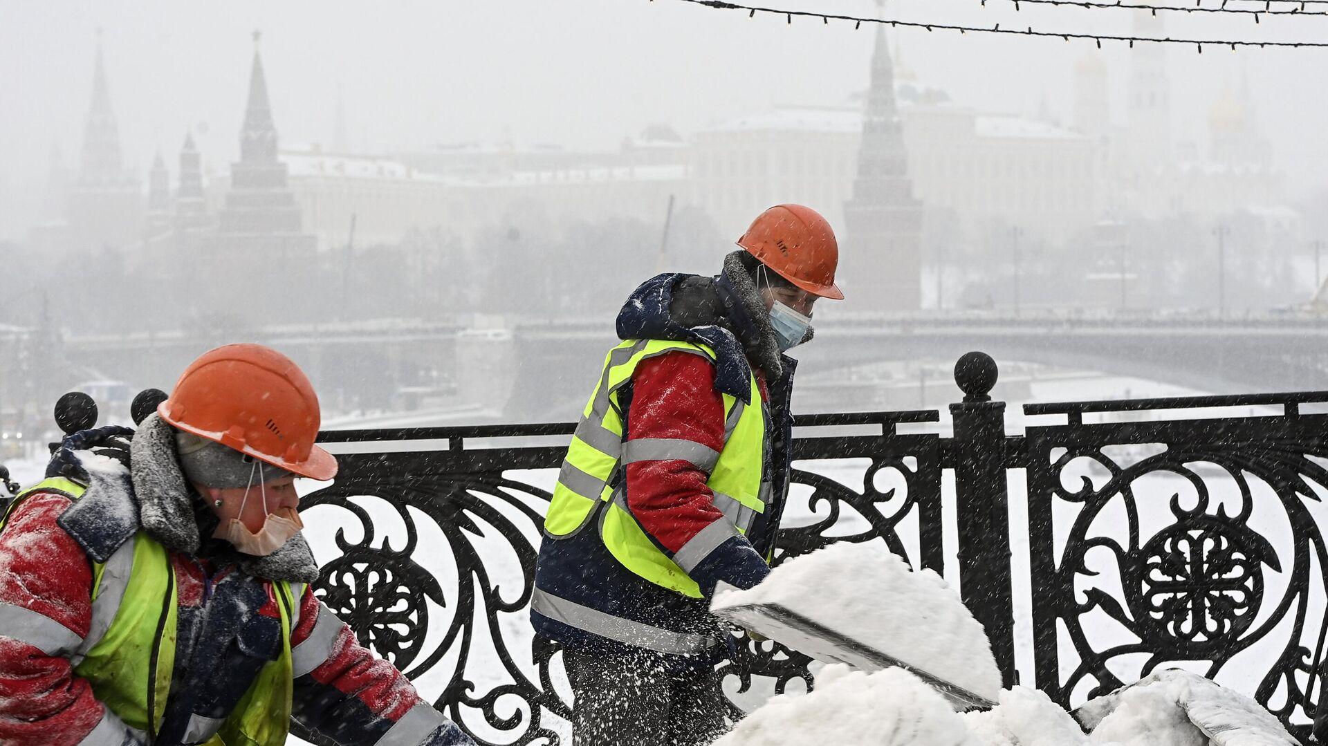 Очистка от наледи Патриаршего моста - РИА Новости, 1920, 05.02.2021