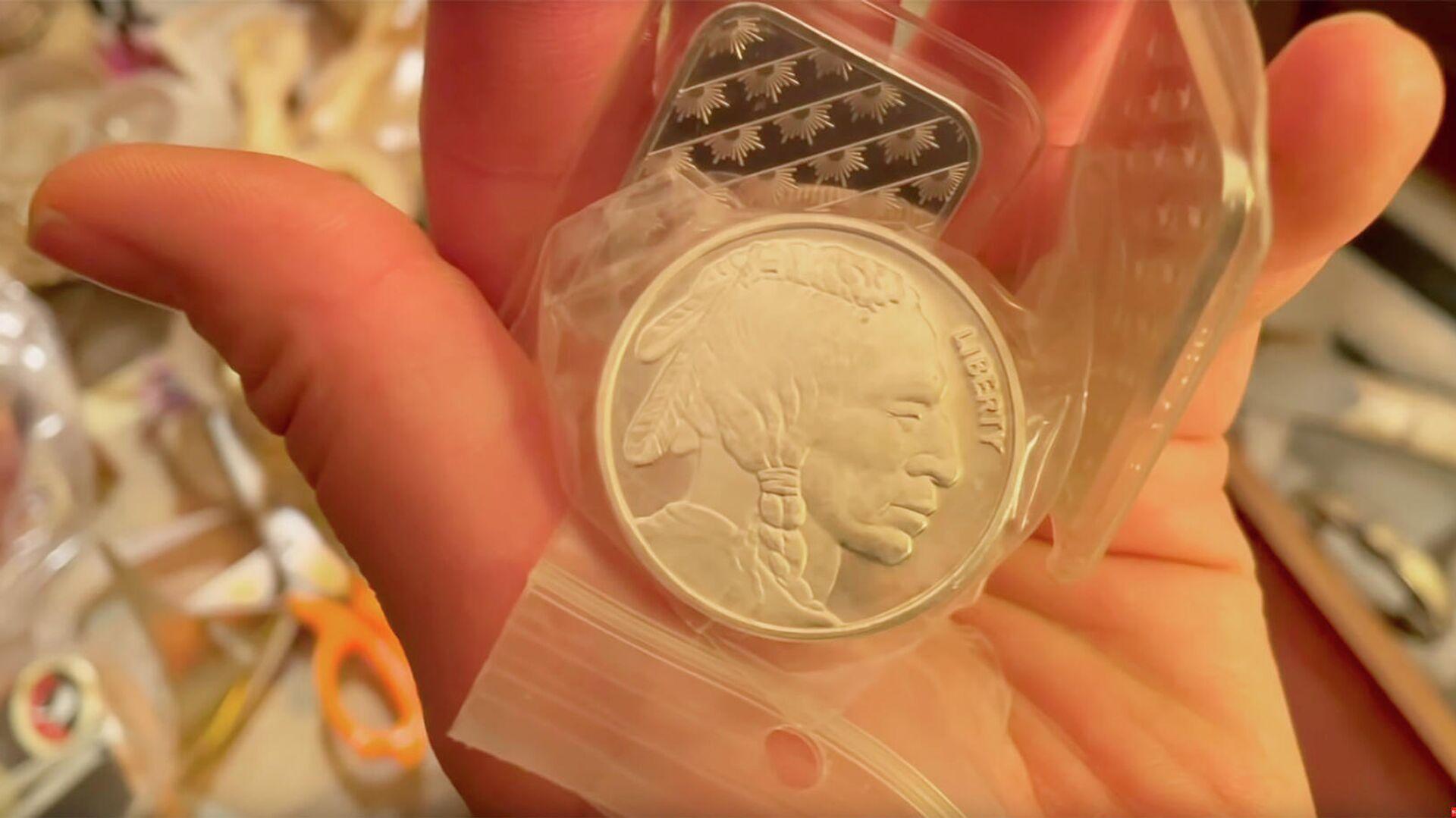 Монета, найденная в доме умершей учительницы по фортепьяно Бетт-Джоан Рак в Канаде. Кадр видео - РИА Новости, 1920, 04.02.2021