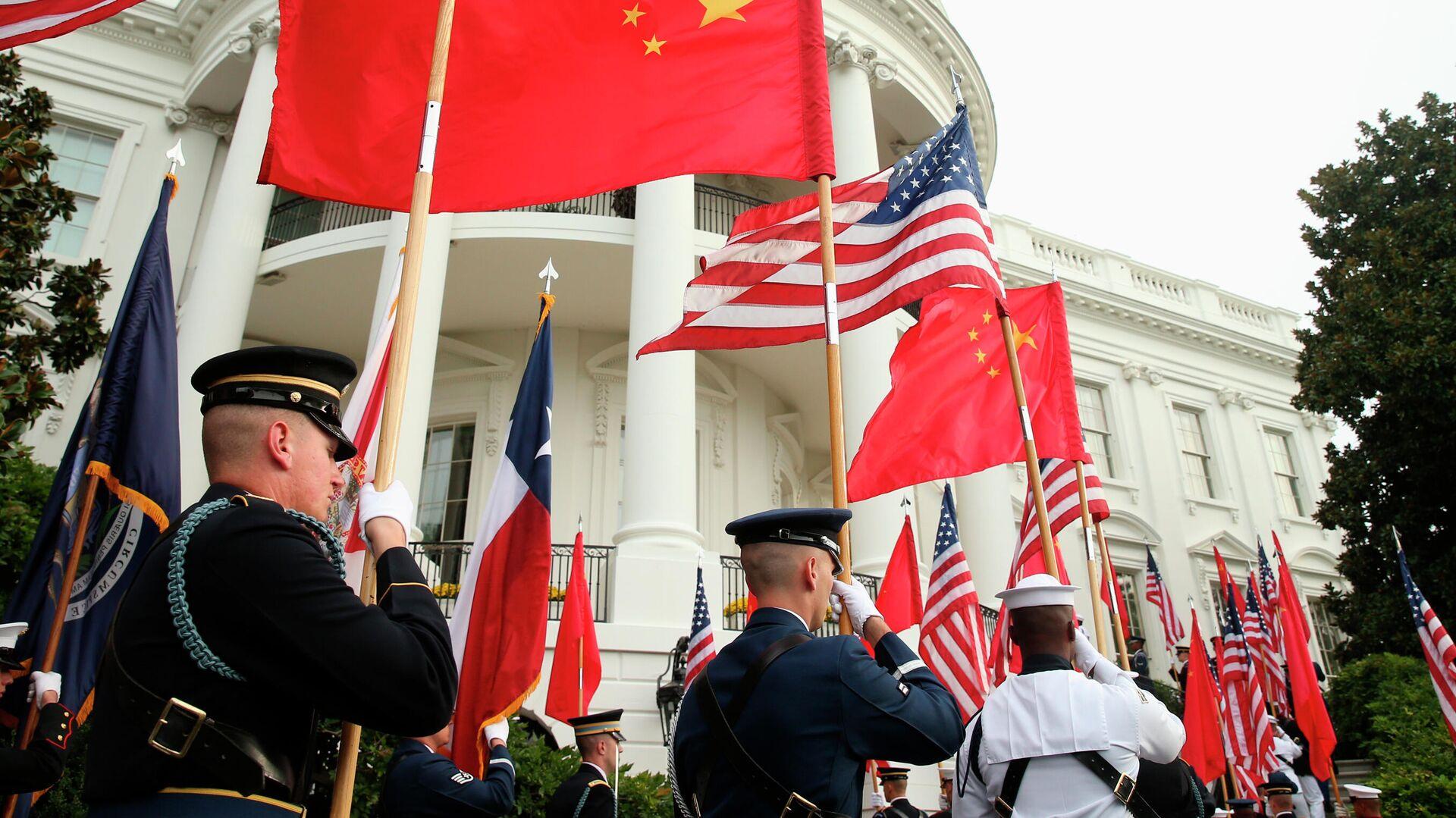 Военнослужащие США с флагами США и Китая на фоне Белого дома в Вашингтоне - РИА Новости, 1920, 01.04.2021