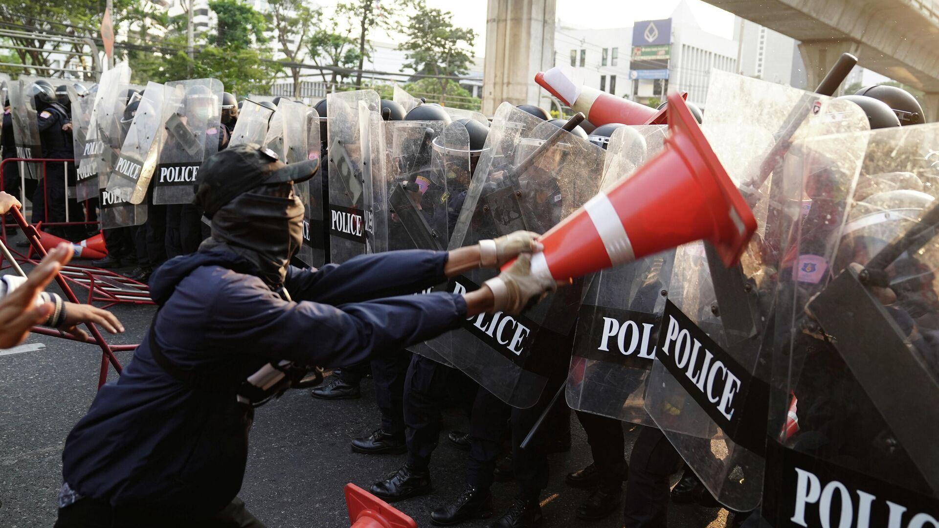 Столкновение на митинге за демократию Мьянмы у посольства в Бангкоке, Таиланд - РИА Новости, 1920, 28.02.2021