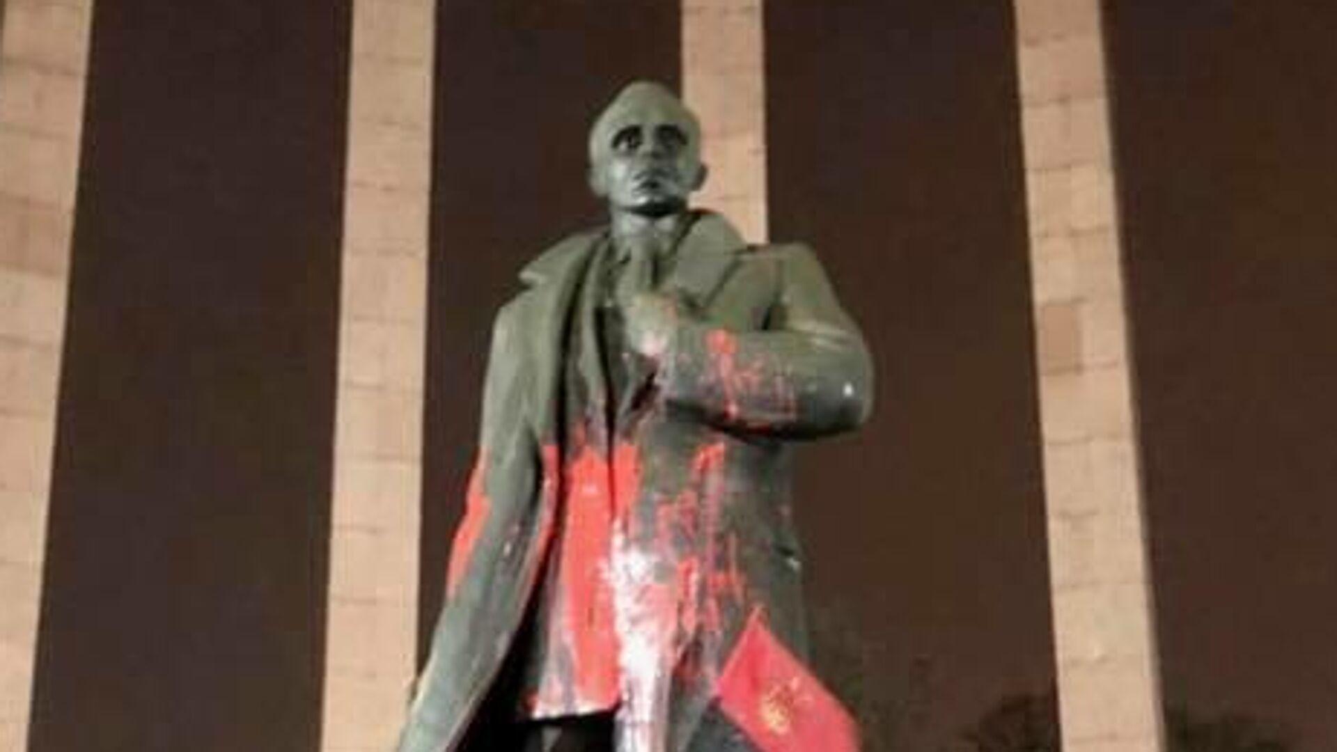 Памятник Бандере во Львове облили краской - РИА Новости, 1920, 11.02.2021
