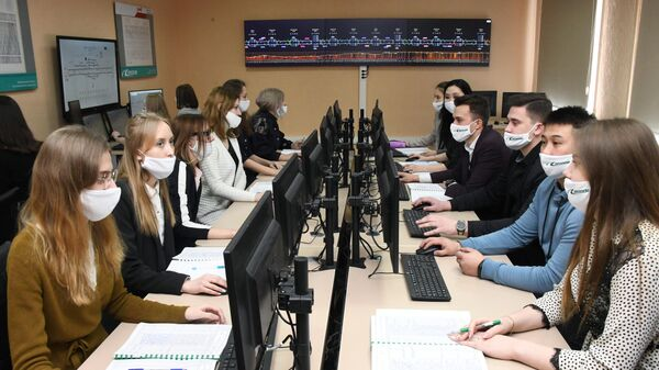 Студенты во время занятий в лаборатории Забайкальского института железнодорожного транспорта (ЗабИЖТ) в Чите