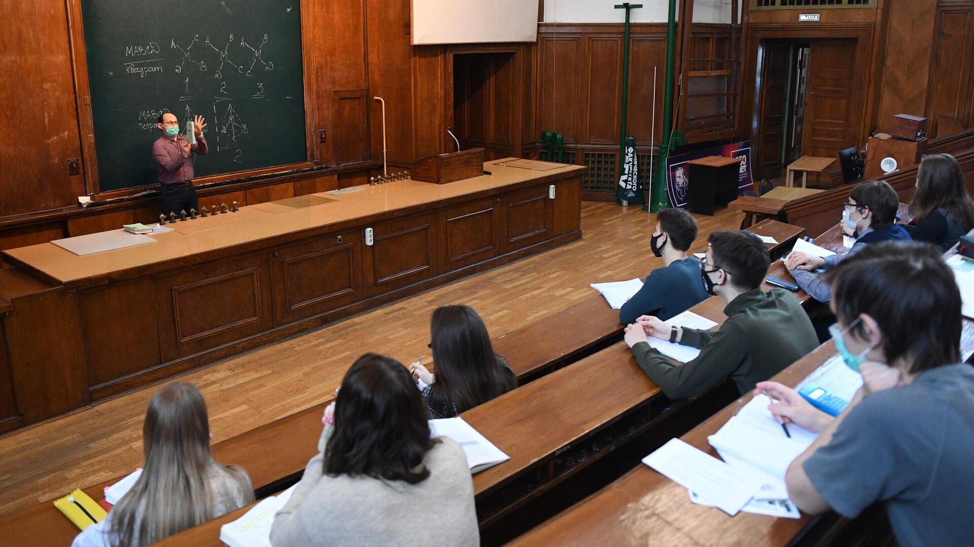 Преподаватель во время лекции в аудитории МГУ - РИА Новости, 1920, 17.03.2021