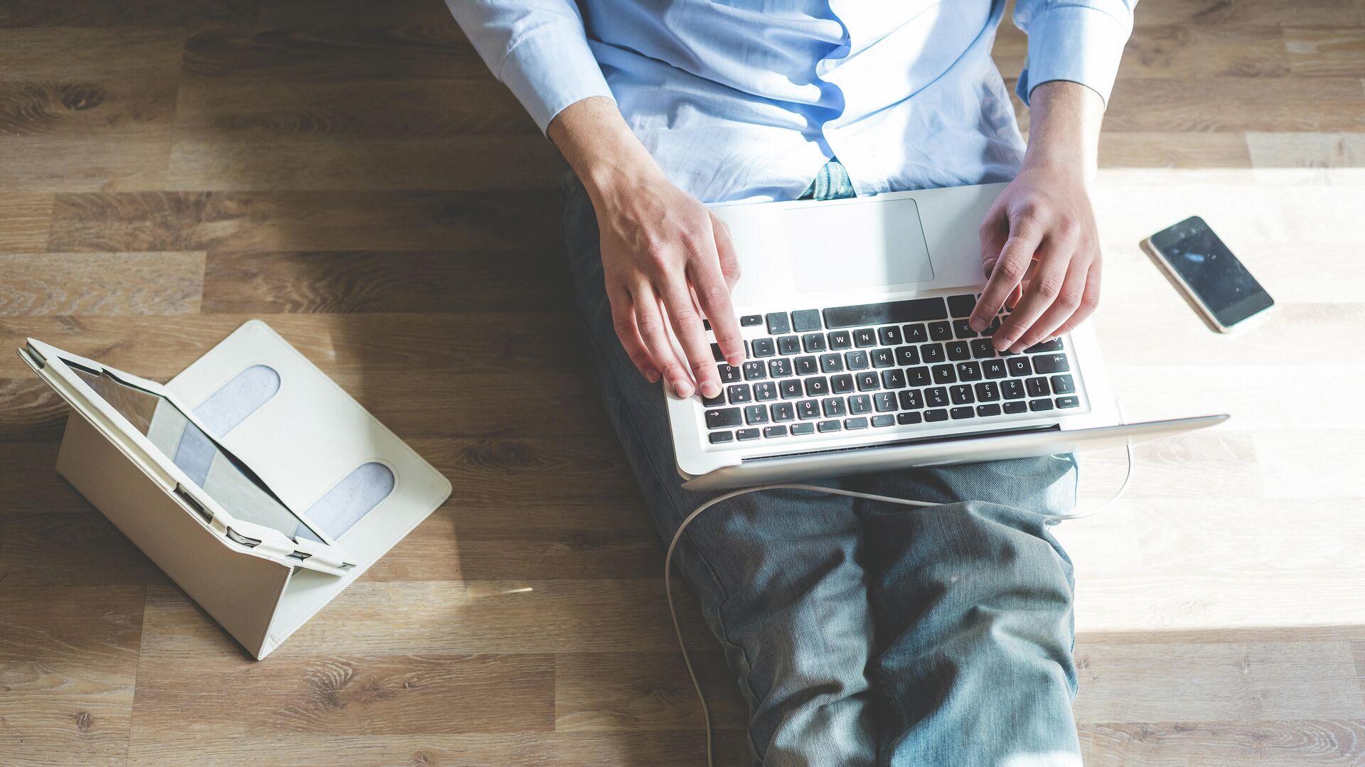 Мужчина во время работы в интернете - РИА Новости, 1920, 09.03.2021