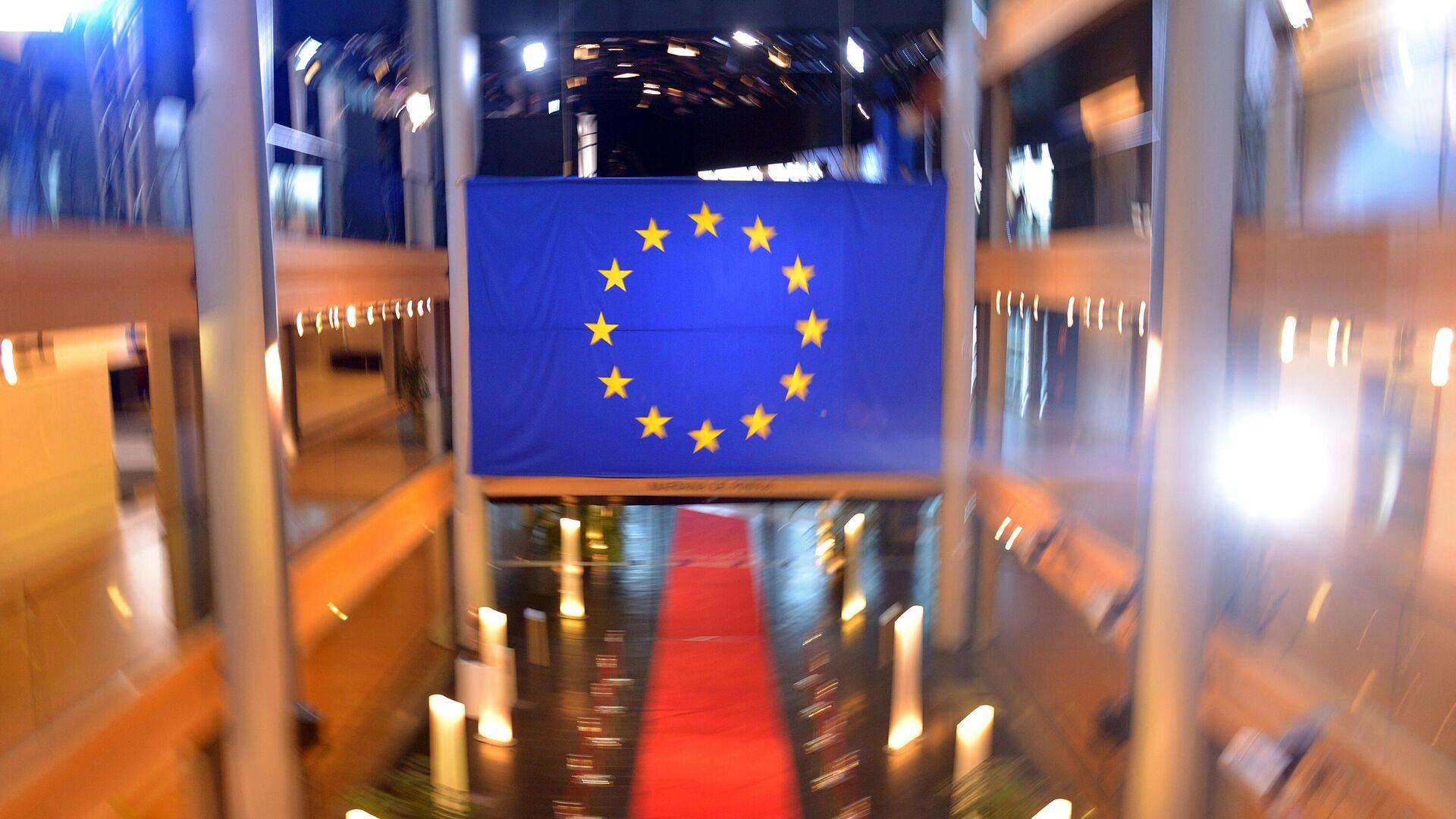 Флаг Евросоюза в главном здании Европейского парламента в Страсбурге - РИА Новости, 1920, 08.02.2021