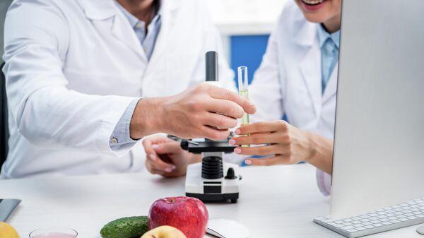 Врачи во время изучения молекулярных свойств продуктов питания
