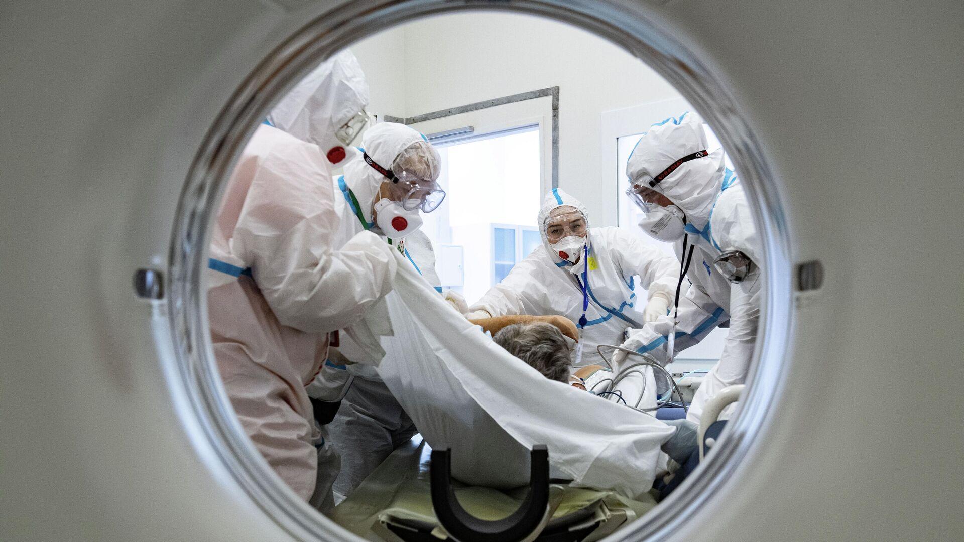 Медики помещают пациента в аппарат компьютерной томографии в городской клинической больнице №40 в Москве - РИА Новости, 1920, 07.03.2021