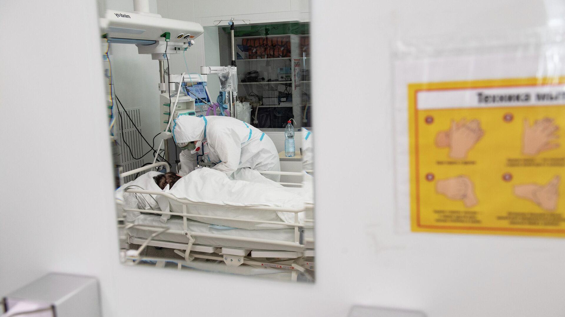 Врач оказывает помощь пациенту в отделении реанимации и интенсивной терапии городской клинической больницы №40 в Москве - РИА Новости, 1920, 06.03.2021