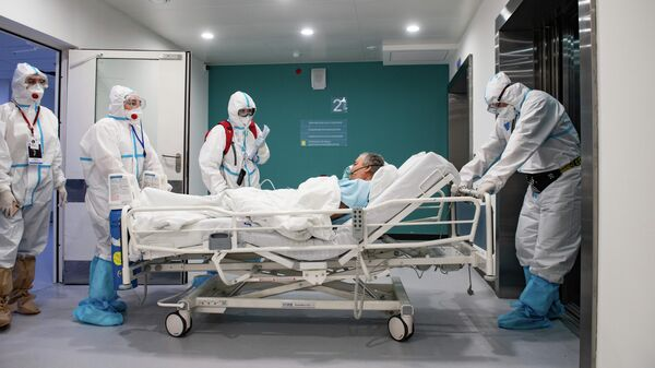 Медработники перевозят пациента в городской клинической больнице №40 в Москве