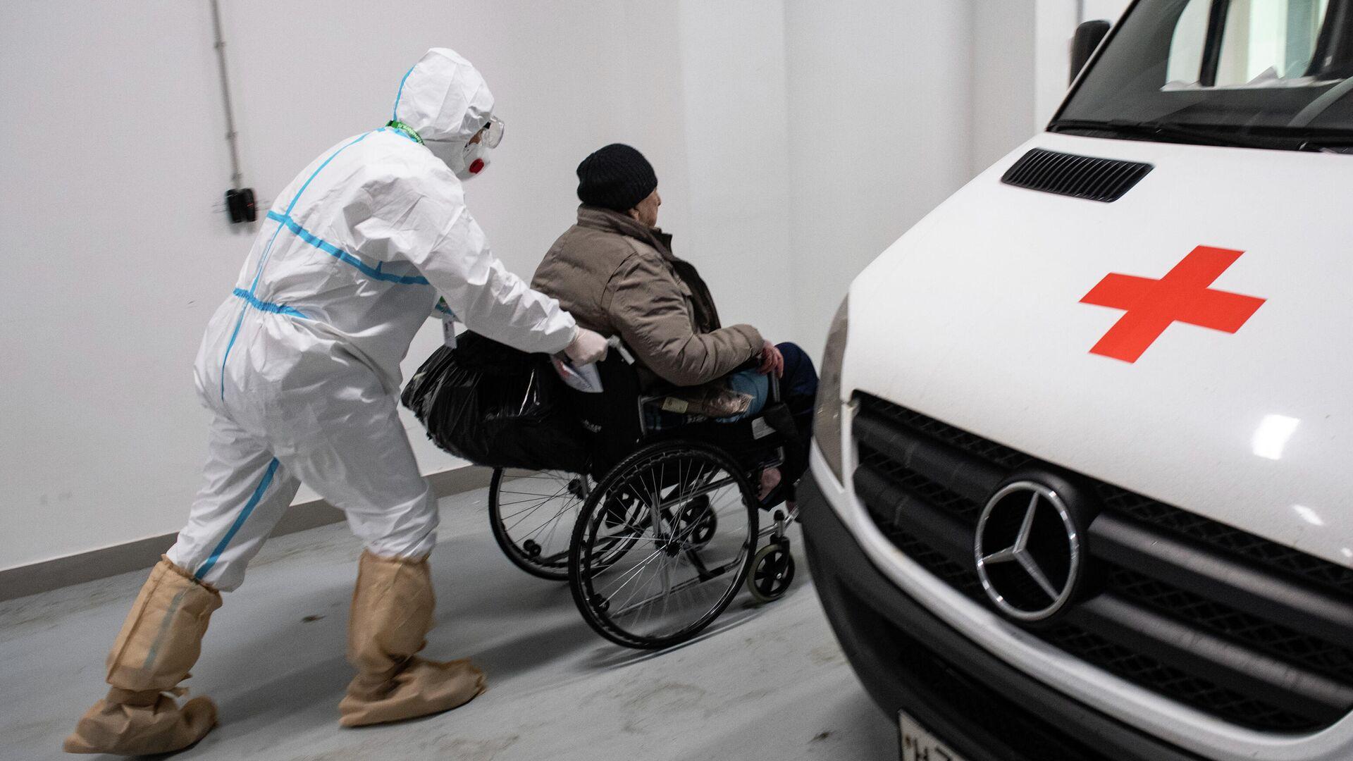 Медик везет пациента в приемное отделение городской клинической больницы №40 в Москве - РИА Новости, 1920, 08.04.2021