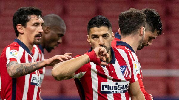 Нападающий мадридского Атлетико Луис Суарес с одноклубниками