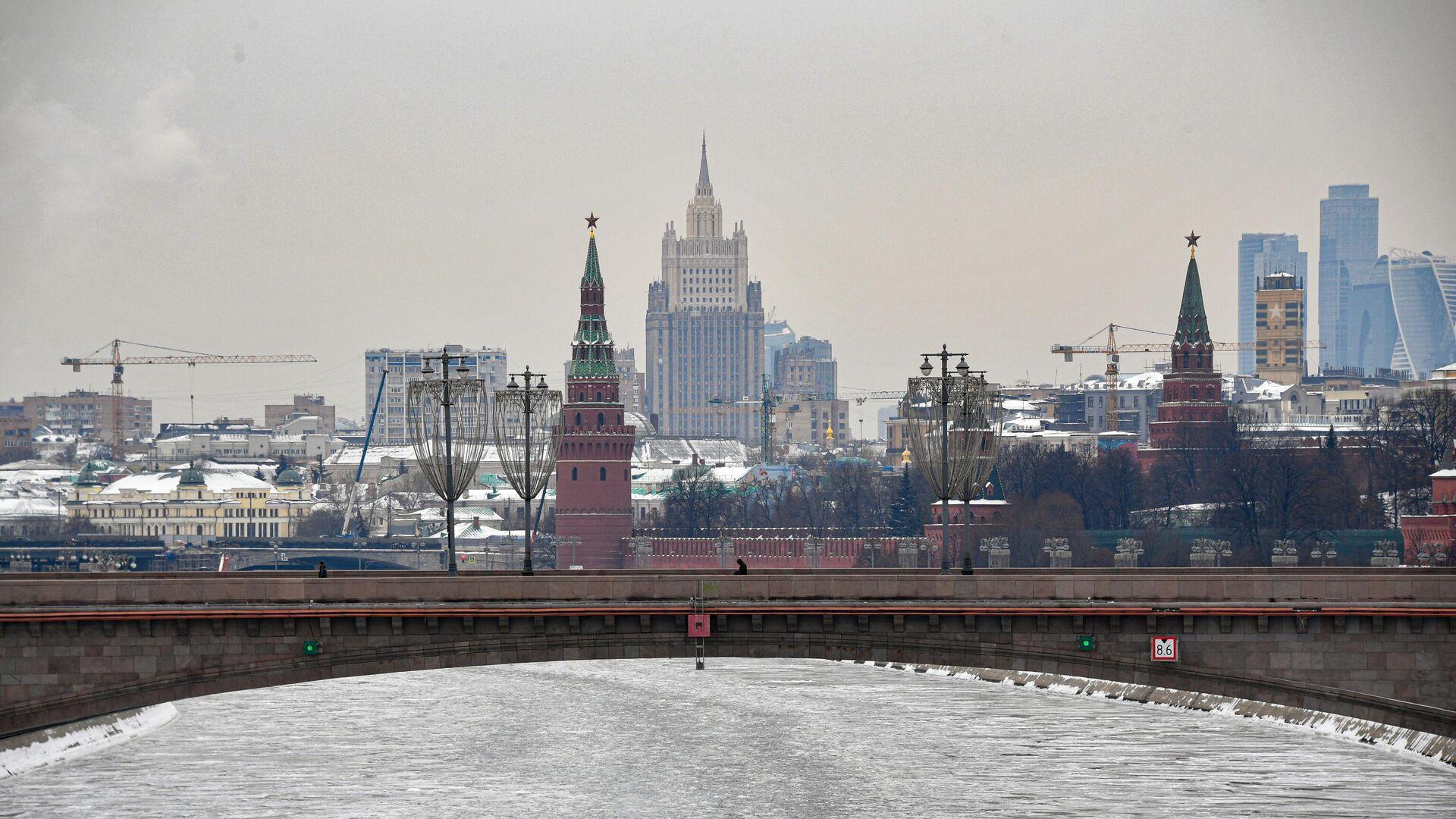 Вид на башни московского Кремля и здание МИД - РИА Новости, 1920, 10.03.2021