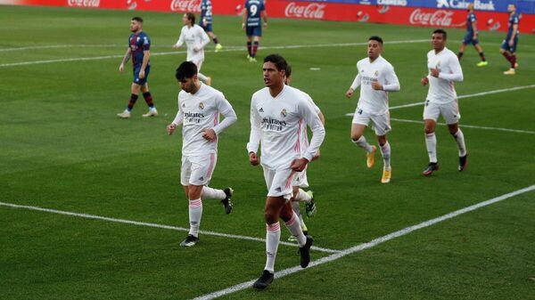 Защитник мадридского Реала Рафаэль Варан с одноклубниками