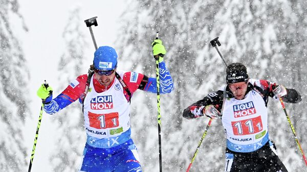 Слева направо: Александр Логинов (Россия) и Анджей Нендза-Кубинец (Польша) на дистанции смешанной эстафеты на чемпионате мира по биатлону в словенской Поклюке.