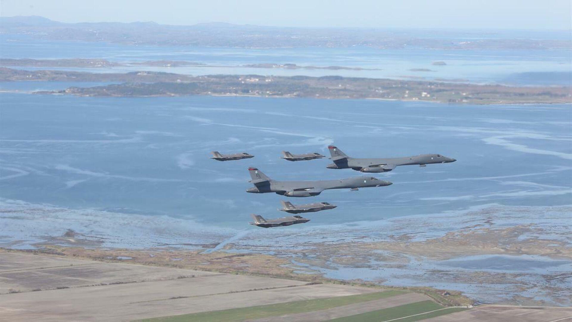 Американские стратегические бомбардировщики B-1B Lancer в сопровождении истребителей F-35 ВВС Норвегии - РИА Новости, 1920, 02.03.2021