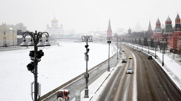 Московские власти увеличили число сотрудников, расчищающих снег у метро