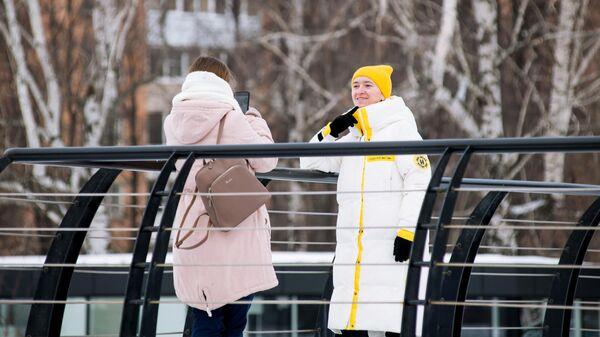 Молодые люди на одной из улиц в Ижевске