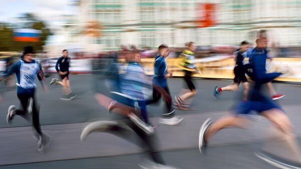 Участники забега в рамках Всероссийского дня бега Кросс Нации - 2020 на Дворцовой площади в Санкт-Петербурге