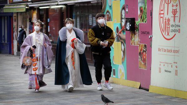 Люди в китайском квартале в Лондоне
