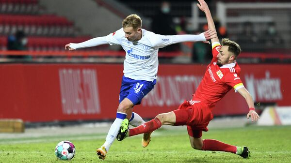 Schalke's German defender Timo Becker (L) and Union Berlin's German midfielder Robert Andrich vie for the ball during the German first division Bundesliga football match between 1 FC Union Berlin and FC Schalke 04 in Berlin on February 13, 2021. (Photo by ANNEGRET HILSE / POOL / AFP) / DFL REGULATIONS PROHIBIT ANY USE OF PHOTOGRAPHS AS IMAGE SEQUENCES AND/OR QUASI-VIDEO