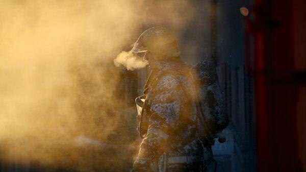 Сотрудник МЧС России во время тушения пожара в Омске