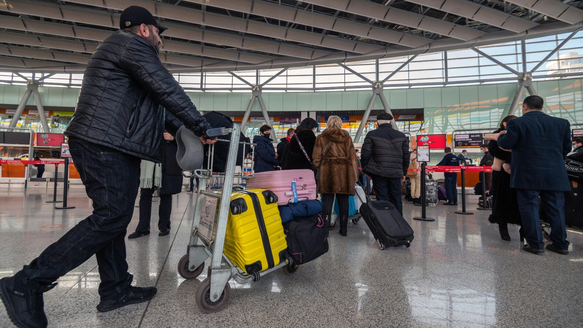 Пассажиры в Международном аэропорту Звартноц в Ереване - РИА Новости, 1920, 04.03.2021