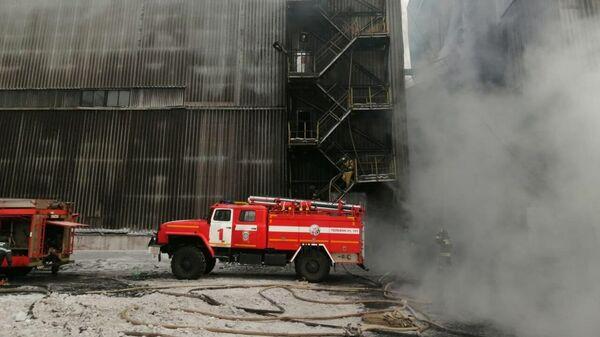 Сотрудники противопожарной службы МЧС РФ тушат пожар на угольном предприятии в Якутии