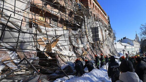 Последствия обрушения строительных лесов на Лубянском проезде в Москве