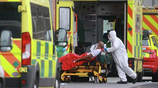 Медицинские работники доставили пациента в одну из больниц Лондона, Великобритания