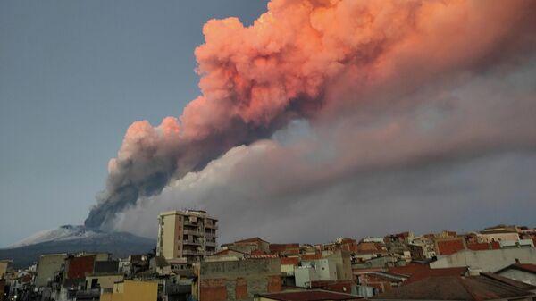 Извержение вулкана Этна на восточном побережье Сицилии, Италия. 16 февраля 2021