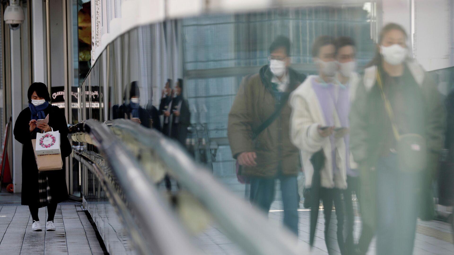 Прохожие в защитных масках на улице в Токио - РИА Новости, 1920, 05.03.2021