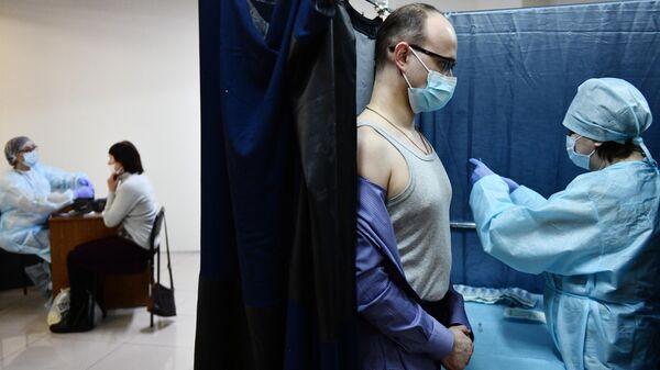Люди проходят медицинский осмотр перед вакцинацией российским препаратом Спутник V (Гам-КОВИД-Вак) от COVID-19 в торговом центре Дирижабль в Екатеринбурге