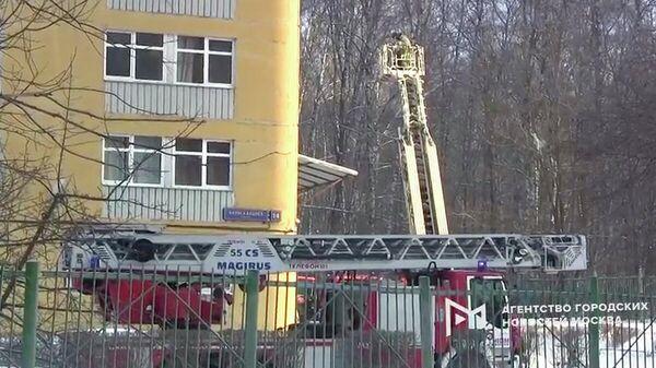 Оперативные службы на месте пожара в общежитии Московского авиационного института (МАИ) на ул. Вилиса Лациса. Кадр видео