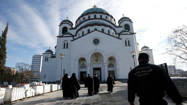 Православные священники у Храма Святого Саввы в Белграде