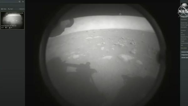 Первая фотография Марса, сделанная сразу после посадки ровера Perseverance на поверхность планеты