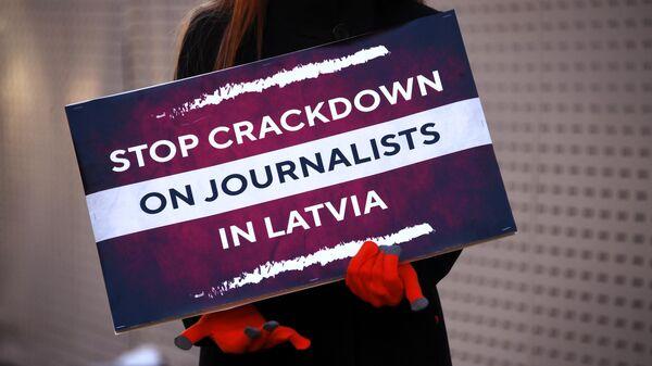 Одиночный пикет в защиту свободы слова в поддержку русскоязычных журналистов Латвии возле Дома приемов МИД России