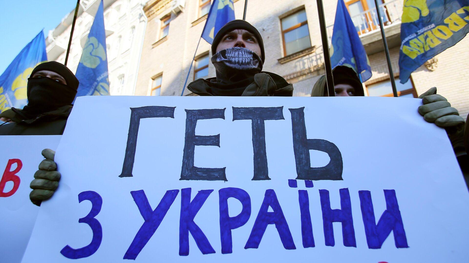Участники акции националистов в Киеве в поддержку закрытия трех оппозиционных телеканалов - РИА Новости, 1920, 27.07.2021