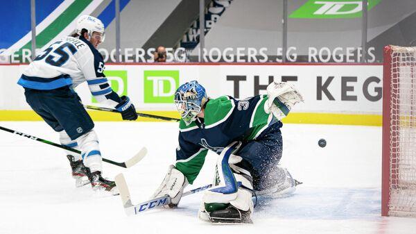 Игровой момент матча регулярного чемпионата НХЛ между Ванкувером и Виннипегом