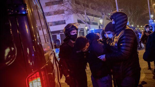 Задержание участника акции протеста в связи с задержанием рэпера Пабло Аселя в Барселоне