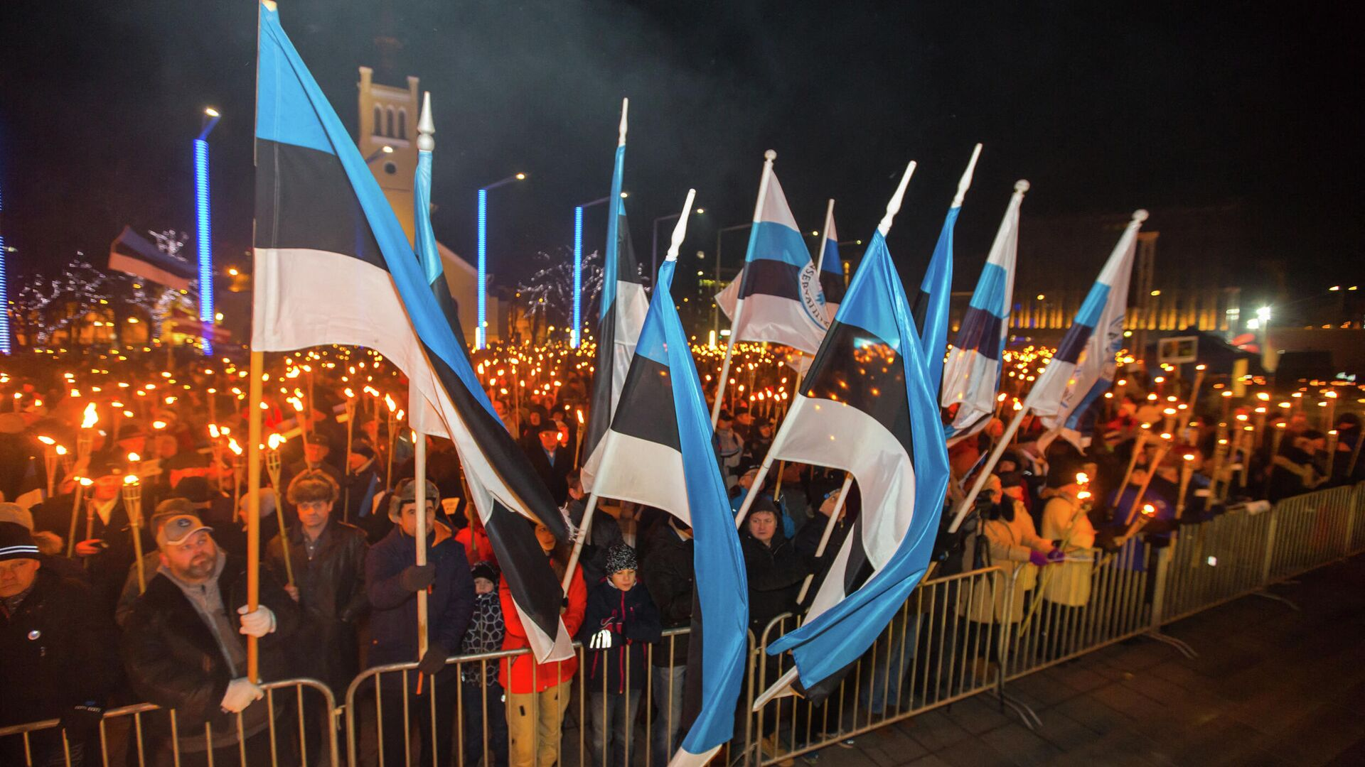Люди на площади Свободы во время факельного шествия, организованного Консервативной народной партией (EKRE) в Таллине - РИА Новости, 1920, 23.02.2021