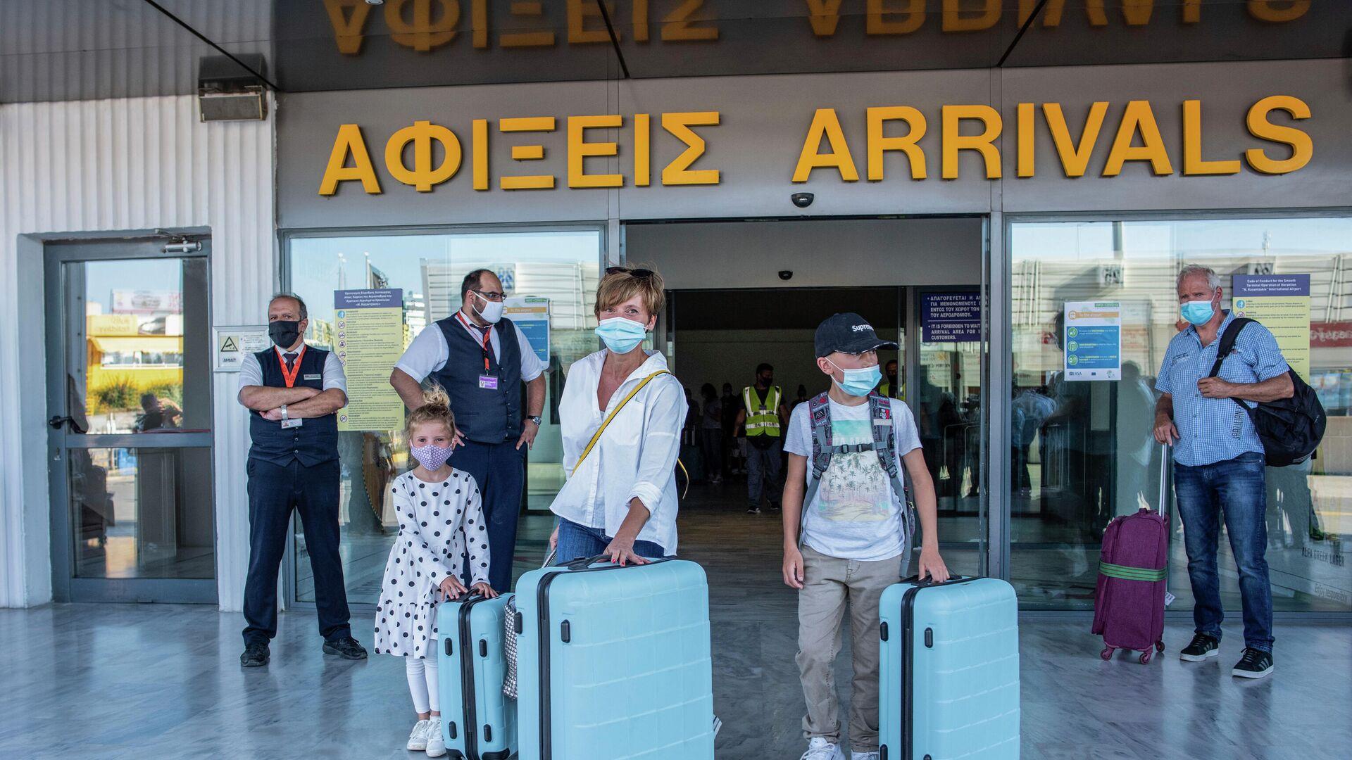 Туристы в аэропорту Ираклиона, Греция - РИА Новости, 1920, 10.06.2021