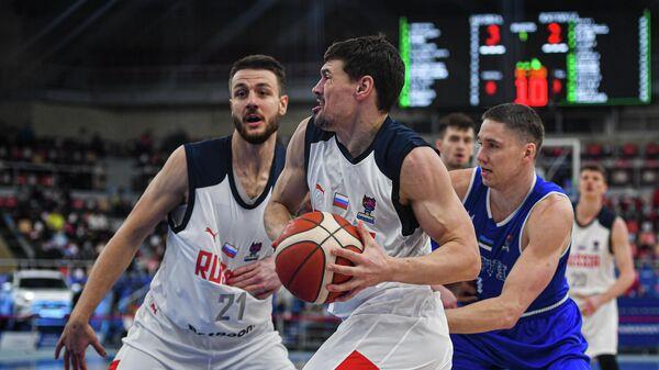 Игрок сборной России Евгений Бабурин (в центре) в матче группового этапа квалификации чемпионата Европы по баскетболу среди мужчин 2022 между сборными командами России и Эстонии.