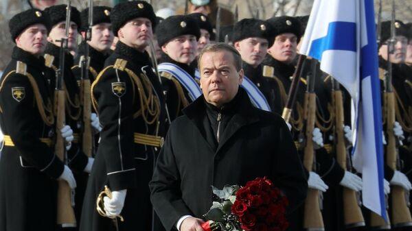 Медведев возложил цветы к Могиле Неизвестного Солдата