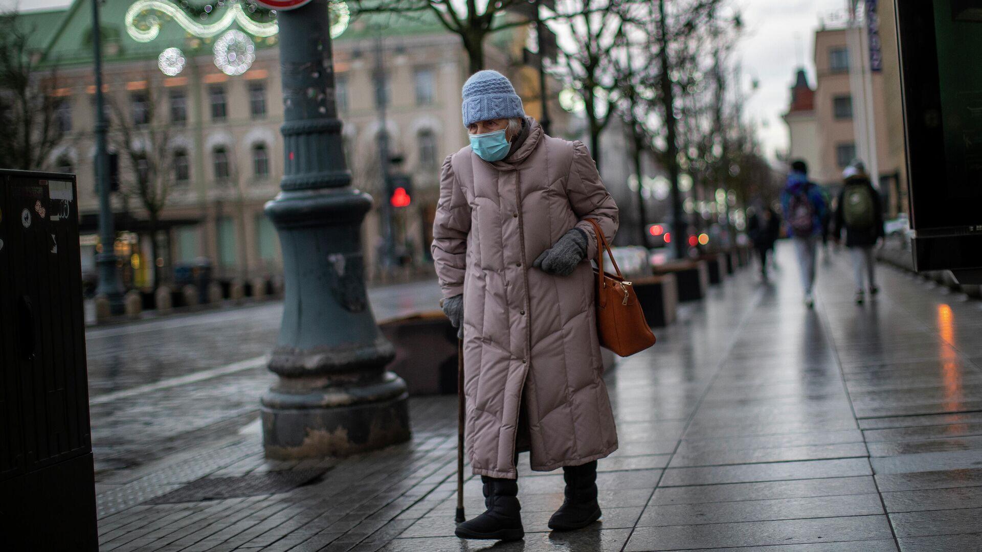 Пожилая женщина в защитной маске на улице Вильнюса - РИА Новости, 1920, 24.02.2021