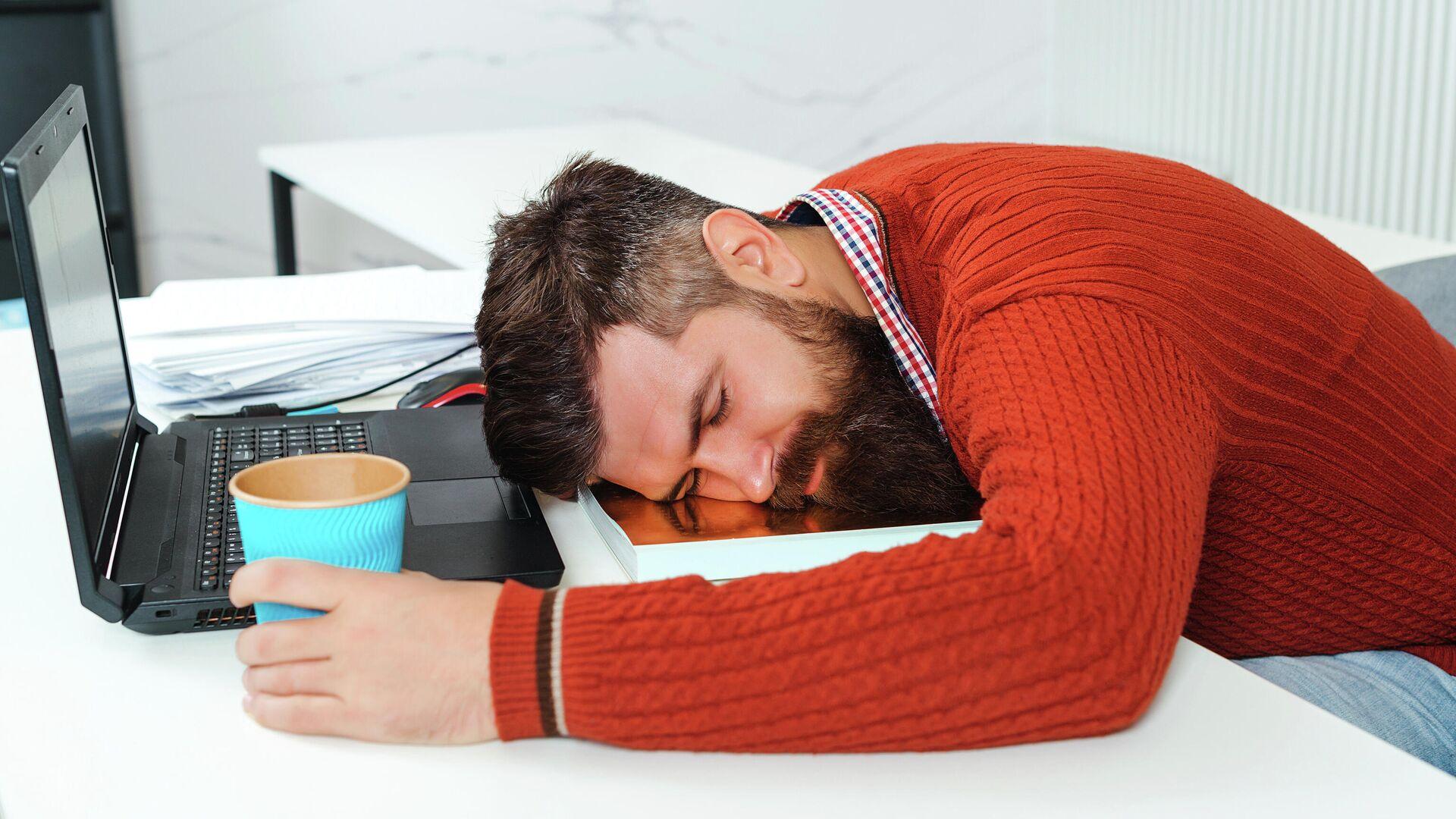Уставший бизнесмен спит в офисе - РИА Новости, 1920, 04.04.2021