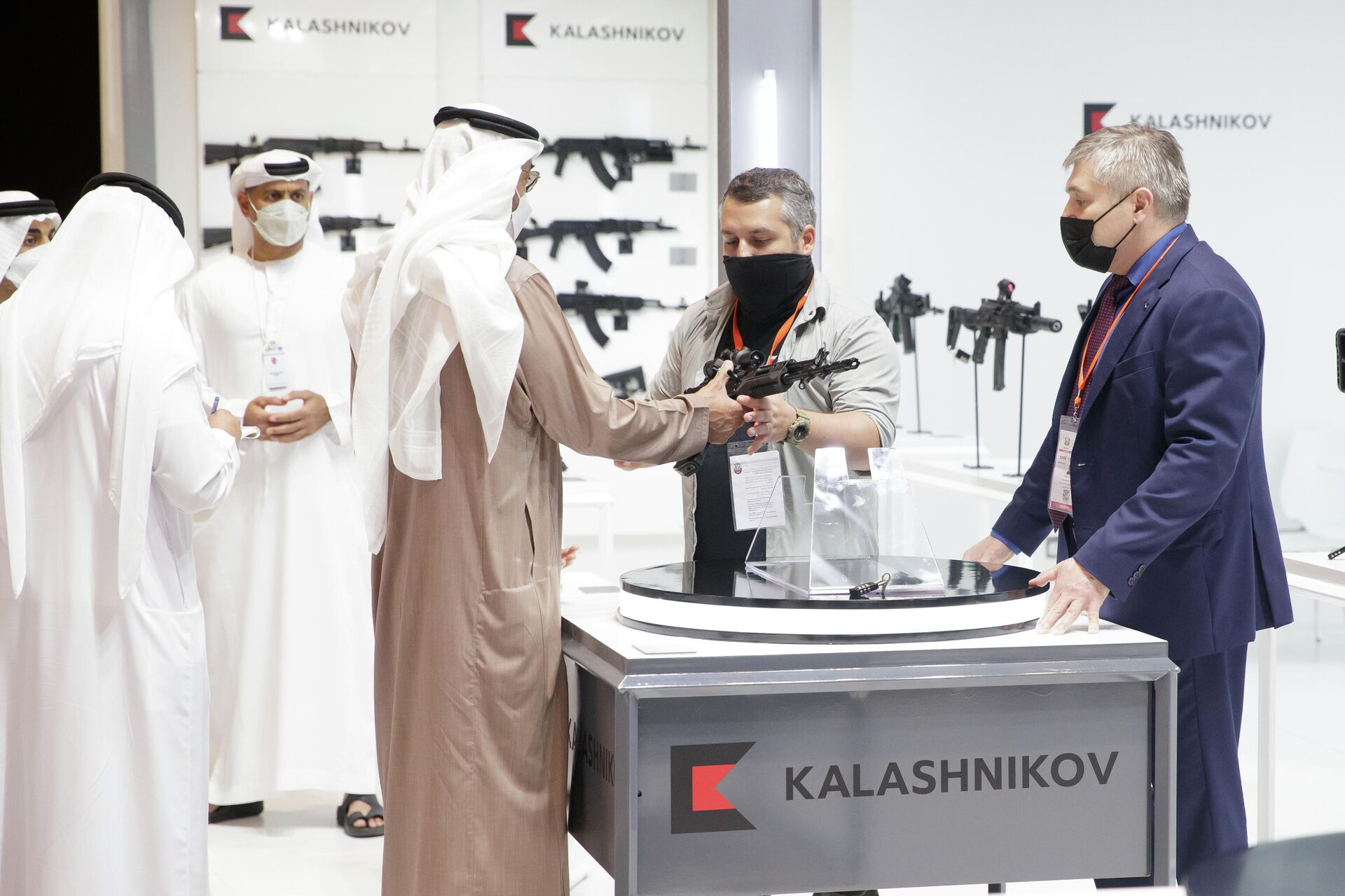 Наследный принц Абу-Даби, заместитель верховного главнокомандующего Вооруженными силами ОАЭ шейх Мухаммад бен Зайд аль-Нахайян заинтересовался российскими автоматом АК-19 на выставке IDEX-2021  - РИА Новости, 1920, 25.02.2021